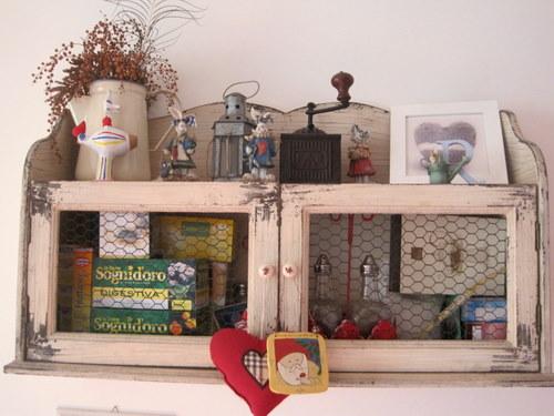 Come decorare un mobiletto pensile con tanti oggetti carini | Il ...