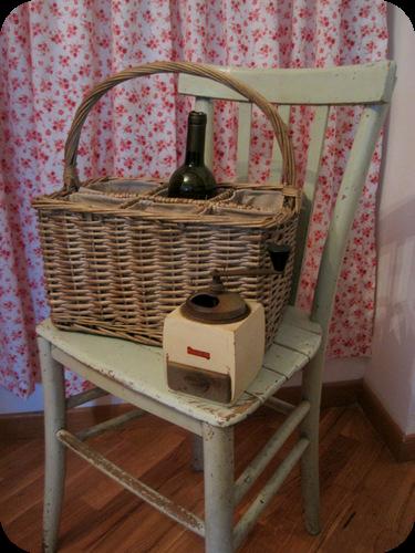antico macinino con sedia della nonna