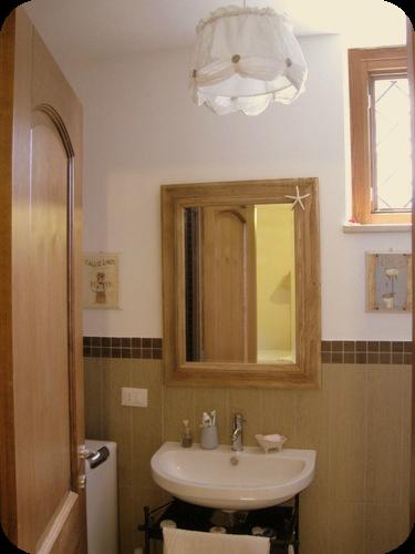 Un piccolo bagno country il sito di roberta cucito for Nuove case con suite suocera