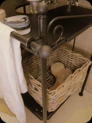 Un piccolo bagno country il sito di roberta cucito for Mobiletto bagno vimini