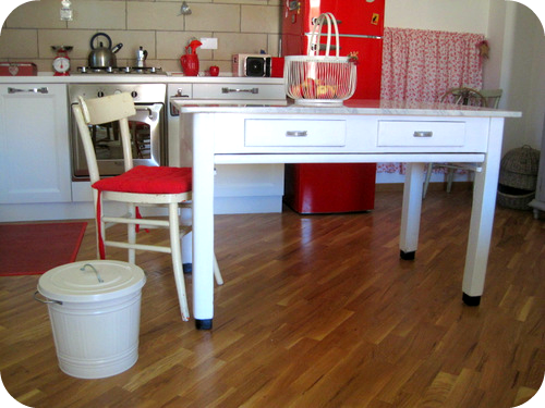 Un tavolo vintage nella cucina country di roberta. il sito di