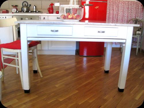 Un tavolo vintage nella cucina country di roberta il for Ikea tavolo bianco